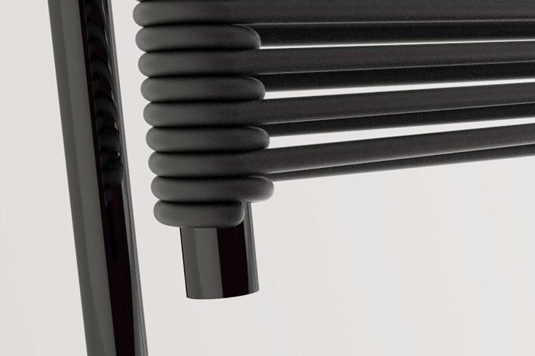 aqso arquitectos office, colección de mobiliario carola, cuerda de goma negra, detalle de conexión, perforación en tubo de metal, detalle silla negra, combinado de negro mate y brillo