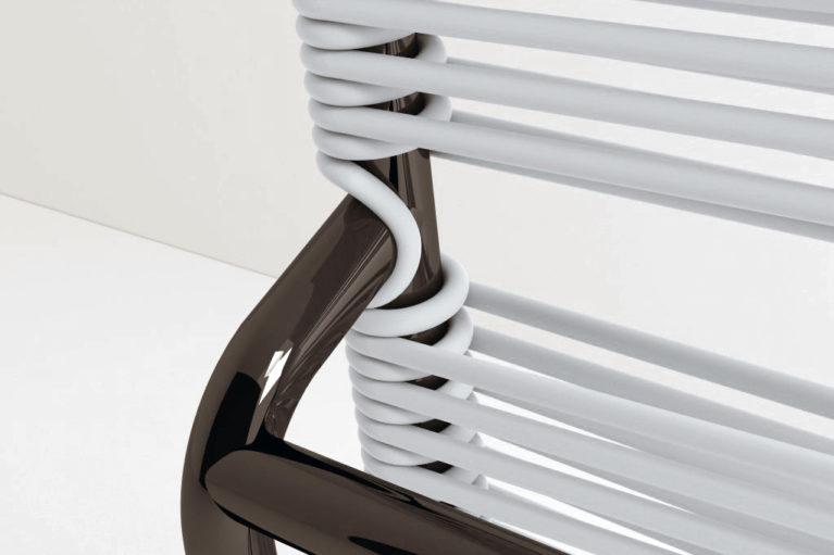 aqso arquitectos office, colección de mobiliario carola, silla carola, cuerda de goma, armazón de metal, diseño en blanco y negro, sillas de terraza, diseño desenfadado, detalle interesante