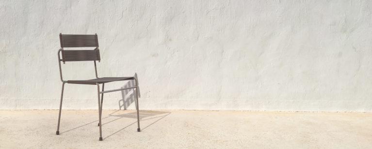 aqso arquitectos office, silla carola, muro blanco de fondo, silla de metal y cuerda de goma, mobiliario cómodo para exteriores, acabado de cobre, metal oxidado, acabado de goma mate