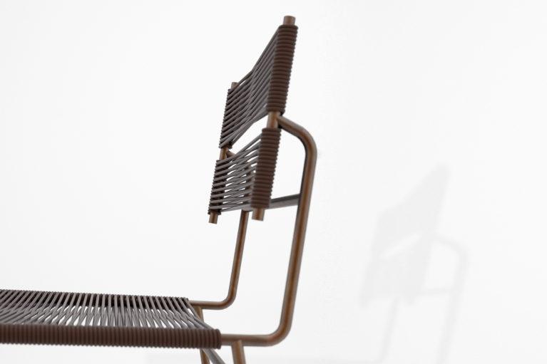aqso arquitectos office, colección carola, silla carola, detalle respaldo, armazón de metal soldado, perfil tubular de metal, silla de goma, lounge, colores ocres y marrones, acabado de color cobre