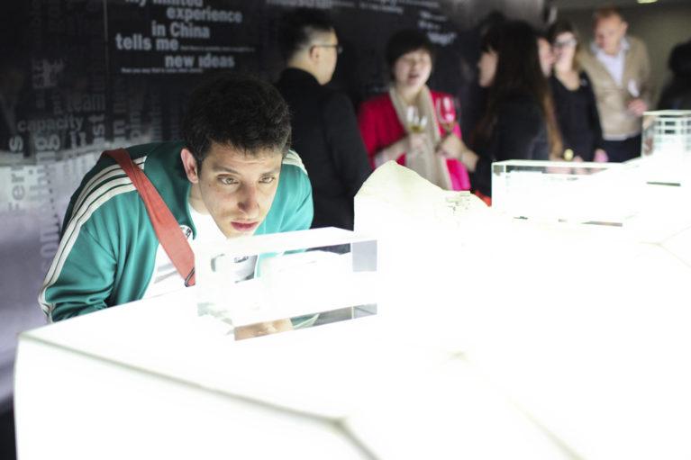 AQSO arquitectos office. La maqueta de metacrilato del museo Xu Beihong se muesta en la exposición Un Made in China. AQSO participa junto con un grupo de selectos arquitiectos.