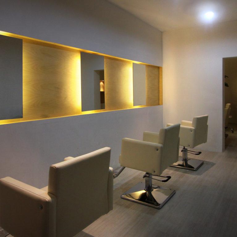 AQSO arquitectos office. Salón de peluquería, diseño interior, minimalismo, iluminación indirecta, espejo retroiluminado, contrachapado de madera, suelo de hormigón pulido, diseño simple, espacio diáfano, formas puras