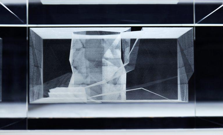 AQSO arquitectos office. La maqueta de metracrilato permite observar el interior del edificio como si fuese una radiografía. Esta pieza transparente tallada en tres dimensiones con láser muestra las escaleras y el patio interior del edificio.