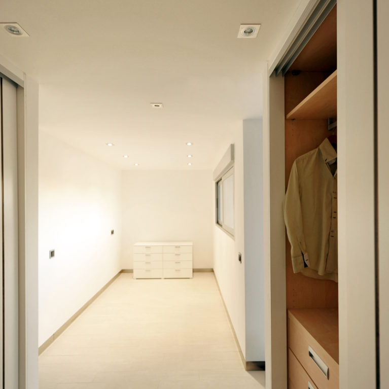 AQSO arquitectos office. The master bedroom is located on the first floor and has a large dressing room overlooking the garden.