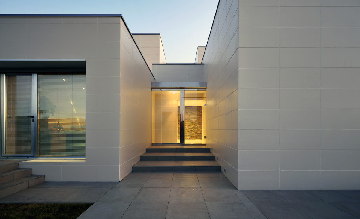 AQSO fragmented house, main entrance, ceramic tile facade