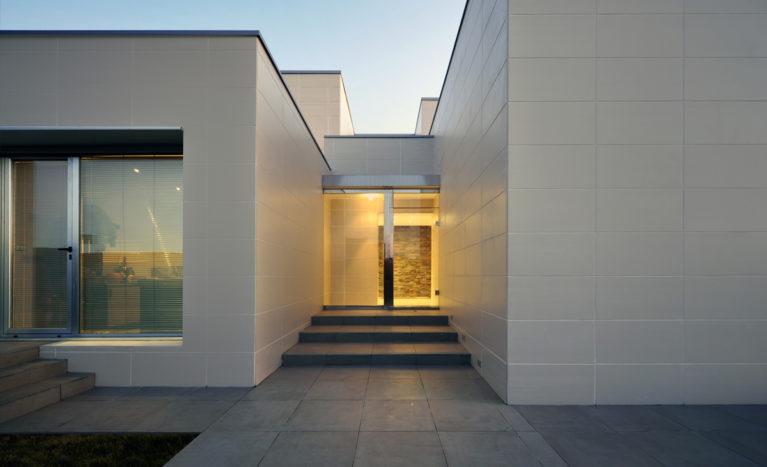 AQSO arquitectos office. Vivienda unifamiliar contemporánea con cubierta plana. El edificio está formado a partir de diferentes volúmenes y la fachada está recubierta de piezas cerámicas.