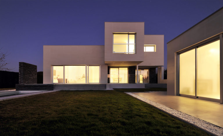 AQSO fragmented house, facade, night view, green backyard, cantilevered element, big windows, casa moderna, chalet, villa