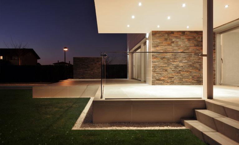 AQSO arquitectos office. El porche delantero de esta vivienda contemporánea tiene una barandilla de cristal y está cubierto por un voladizo.