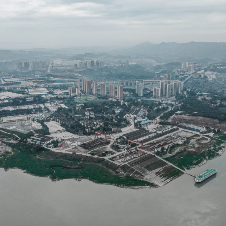 AQSO arquitectos office. Vista aérea del distrito Tangjiatuo en la ciudad de Chongqing. La distribución del uso del suelo que propone el plan de detalle permite un tejido diverso y preserva el centro histórico.