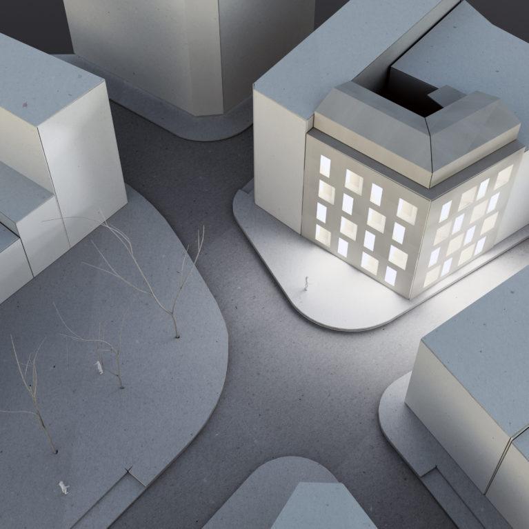 AQSO arquitectos office. Maqueta de cartón que muestra el edificio residencial Maragato Lofts. La simplicidad de la fachada es una interpretación contemporánea de las proporciones de huecos de fachada de los edificios históricos cercanos.