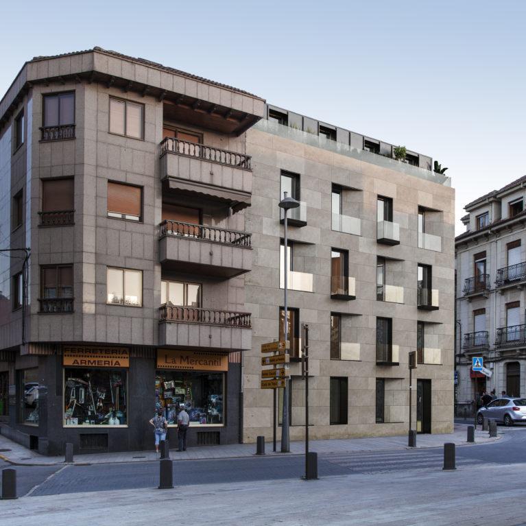 AQSO arquitectos office. Este projecto residencial localizado en un casco histórico muestra un estilo contemporáneo que respetuosamente se camufla con el entorno. La sobria fachada alberga varios apartamentos de lujo.