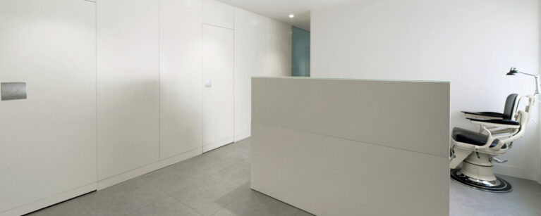AQSO Zurbaran clinic, minimalism, counter, white, lacquered wood, dentist chair, examination room