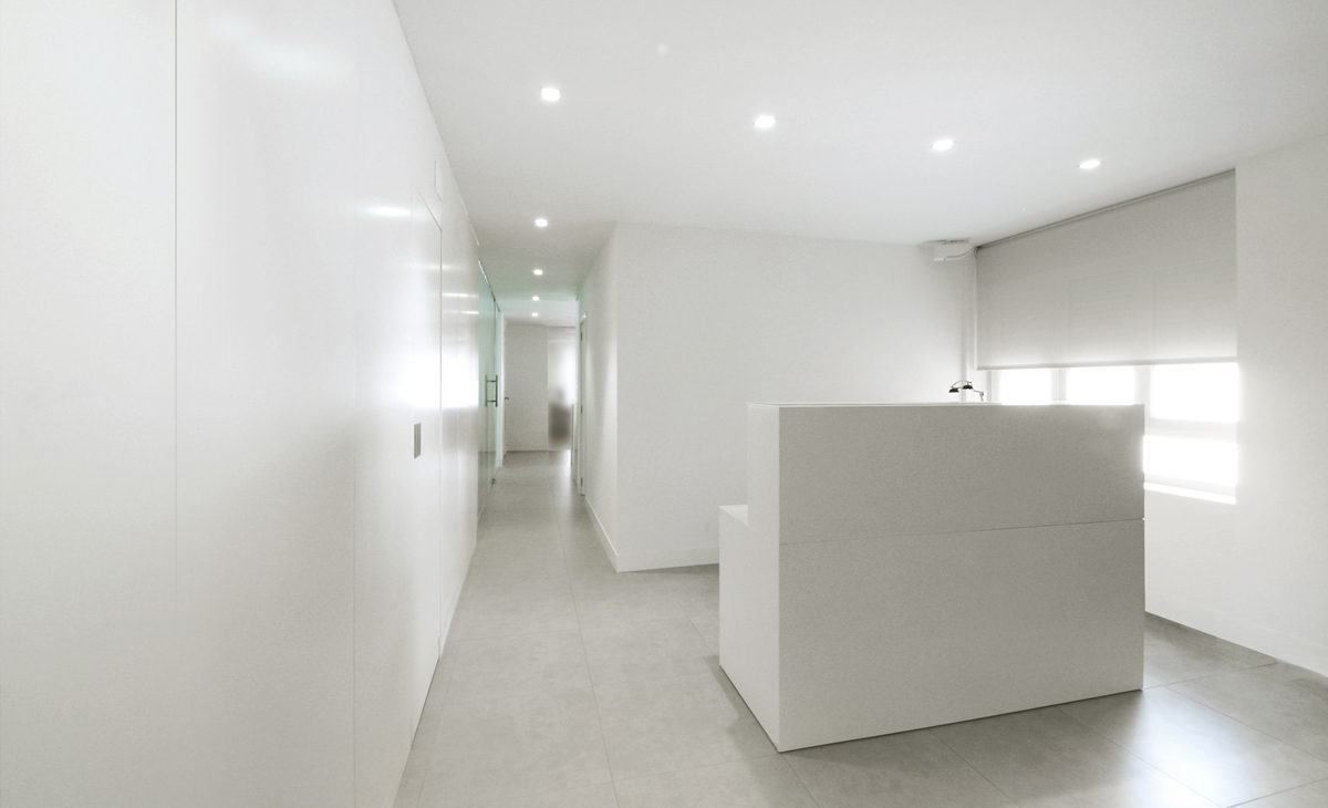 AQSO Zurbaran clinic, reception desk, white window blind
