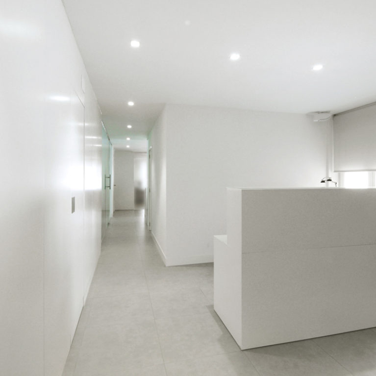 AQSO arquitectos office. The consultation room of this clinic has a mimialistic design based on smooth white surfaces.