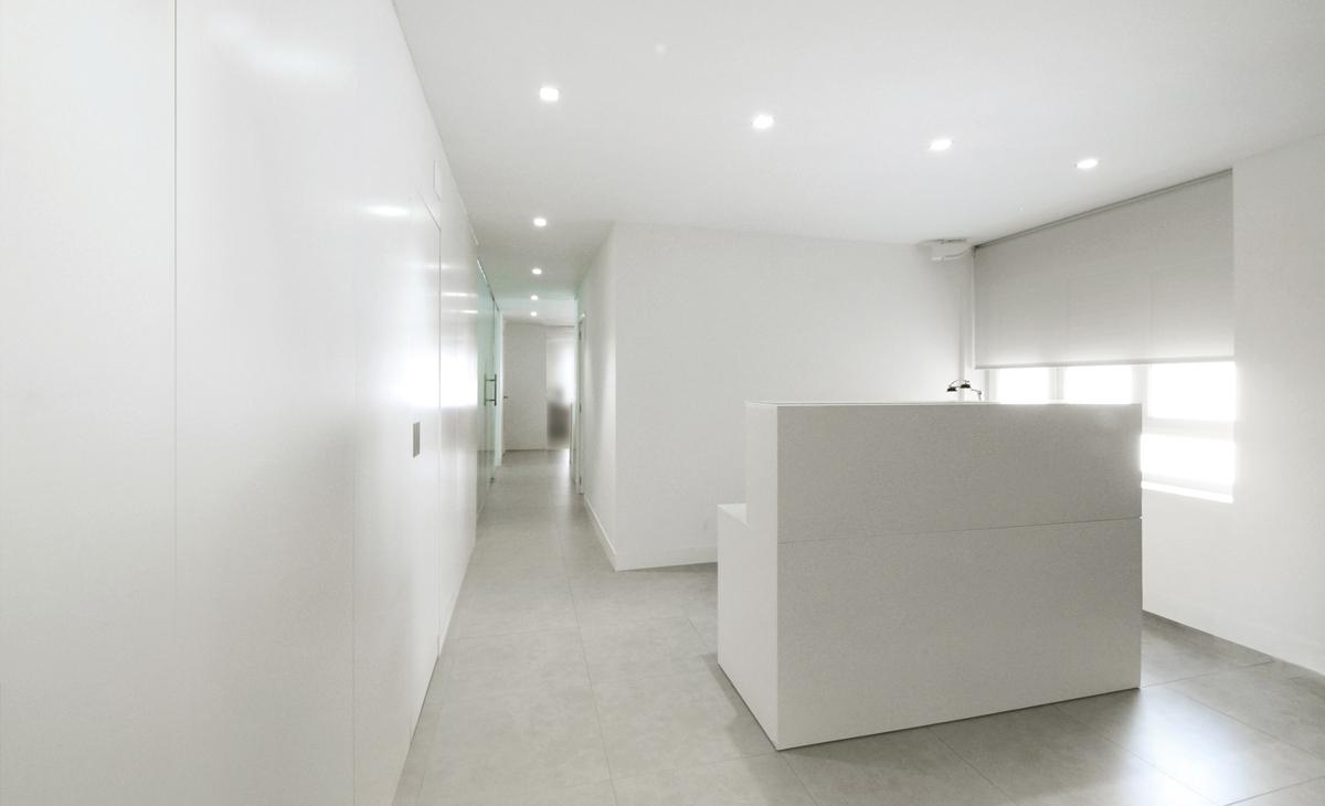 AQSO Zurbaran clinic, reception desk, white window blind