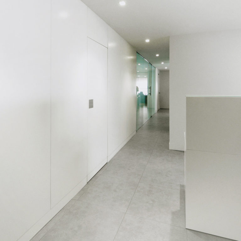 AQSO arquitectos office. From the entrance hall of this mimimalist-style clinic, a white-walled corridor leads to the consulting rooms.