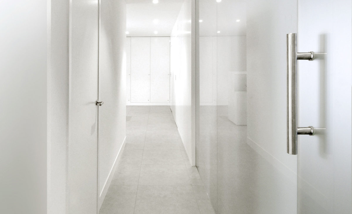 AQSO Zurbaran clinic, glass partition, stainless steel door handle, white walls