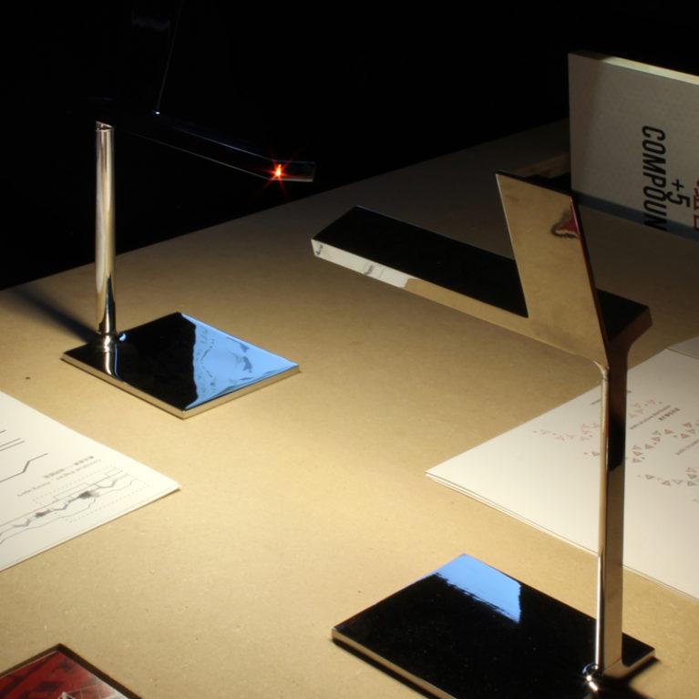 AQSO arquitectos office. Las mesas alargadas son altas y permiten leer cómodamente la información contenida en los catálogos de cada proyecto.