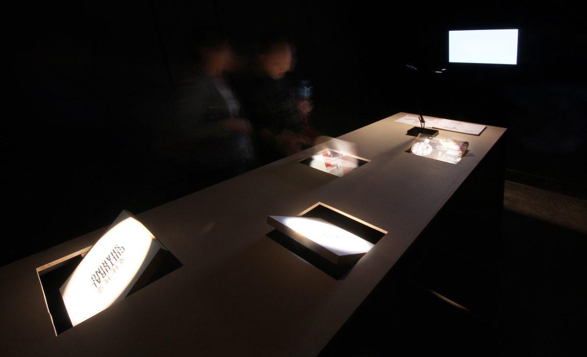 AQSO arquitectos office. Las mesas de la exposición tienen paneles giratorios que permiten al público interactuar con el contenido y descubrir la información y las imágenes de los proyectos.