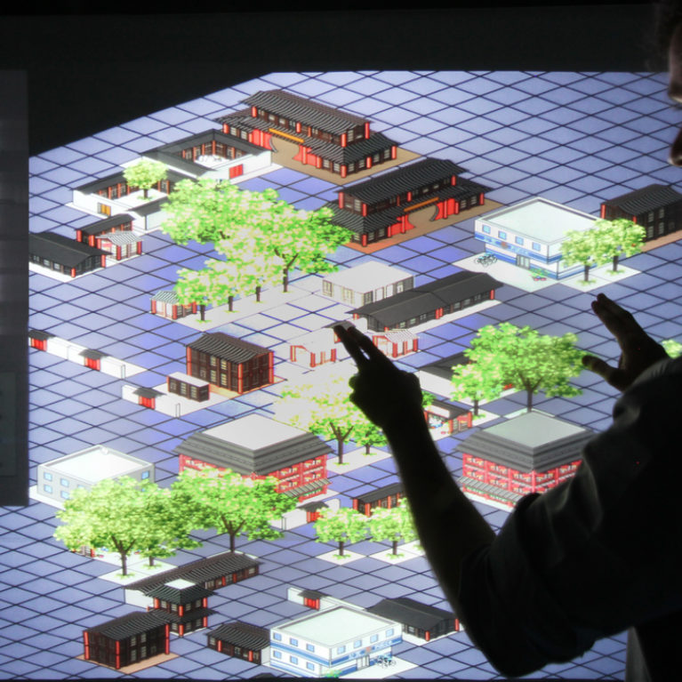 AQSO arquitectos office. Una pantalla táctil de gran tamaño permite a los visitantes de la exposición interactuar con los parámetros urbanos de los hutong y comprender el equilibrio y diversidad del barrio.