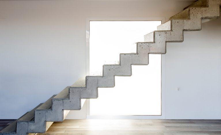 AQSO arquitectos office. Escaleras contemporáneas de hormigón visto sin barandilla. Losa doblada de hormigón de estilo minimalista.