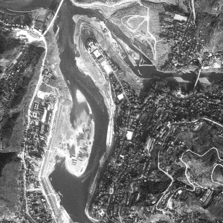 AQSO arquitectos office. The satellite image of the city of Pengshui shows the confluence of the rivers and the expansion of the city on both sides of the mountain.