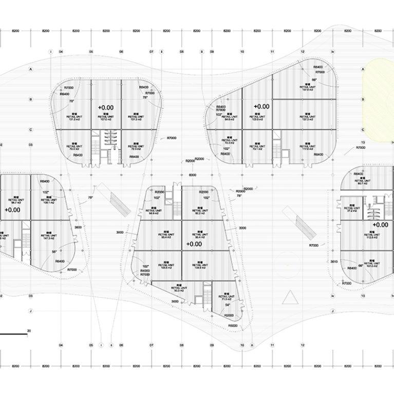 AQSO arquitectos office. La planta baja del edificio muestra un amplio espacio peatonal que permite circular entre los cinco grupos de tiendas.