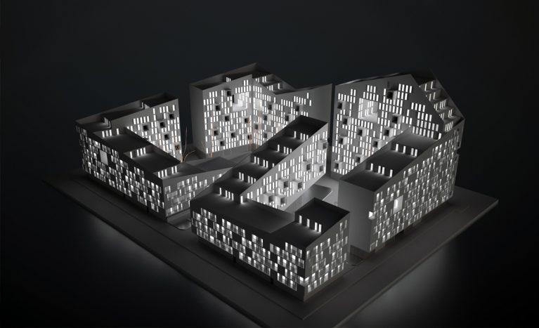 AQSO arquitectos office. Maqueta arquitectónica del proyecto iluminada por dentro donde se aprecia el volumen en zig-zag, las terrazas y los patios.