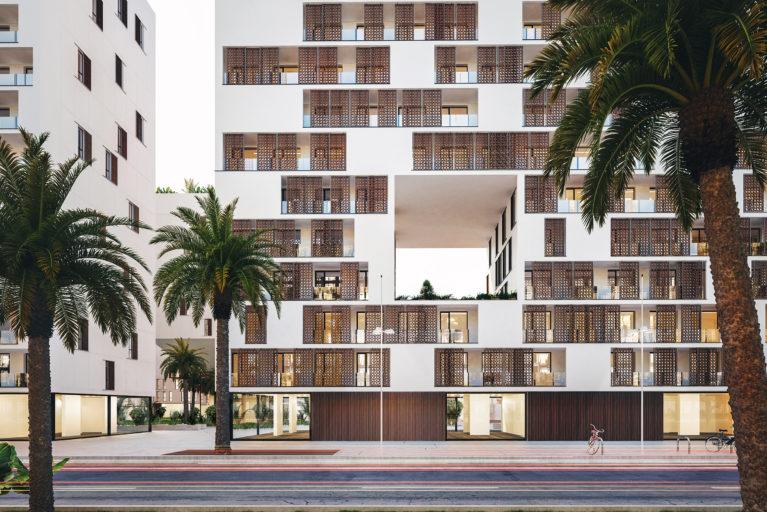 AQSO arquitectos office, residencial anfa. La vista frontal del alzado muestra los balcones con paneles correderos de tracería de madera inspirados en juegos geométricos marroquís, que forman una piel siempre cambiante..