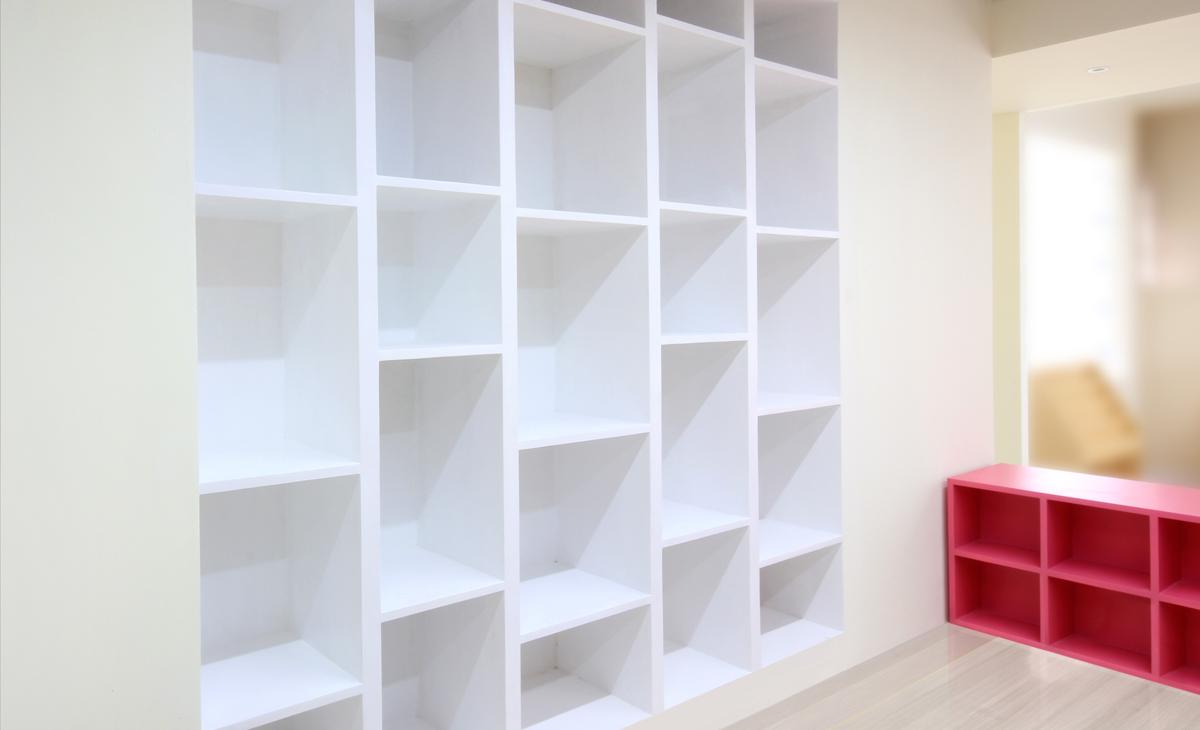 AQSO Ivy foundation, built-in shelves, lacquered wood, alternate shelves, rhythm, modern design