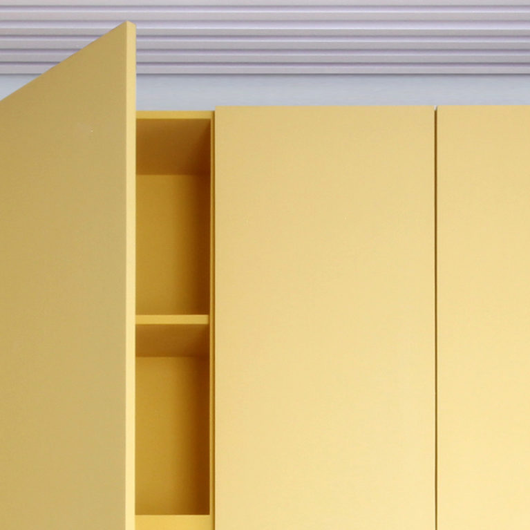 AQSO arquitectos office. Los muebles de este centro de gestión escolar están hechos de madera lacada de colores. Son unos armarios simples y funcionales con tiradores y bisagras ocultos.