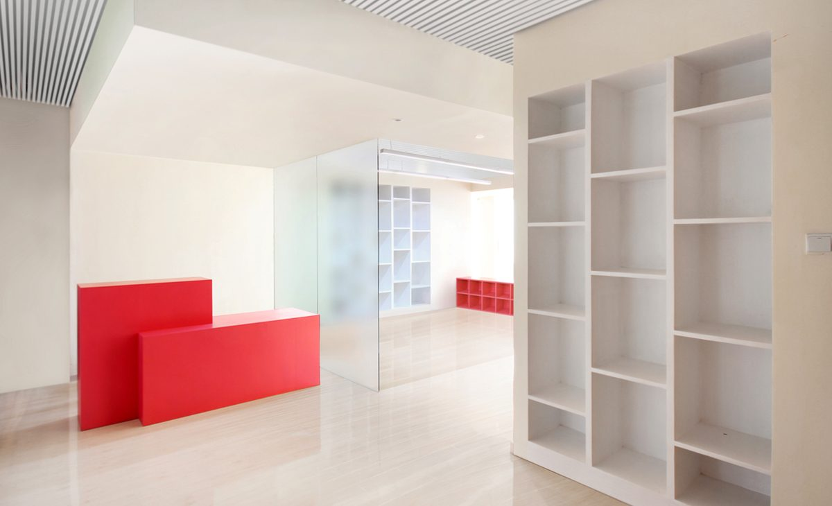 AQSO Ivy foundation, entrance, reception desk, built-in bookcase, translucent glass, mimimalist interior design