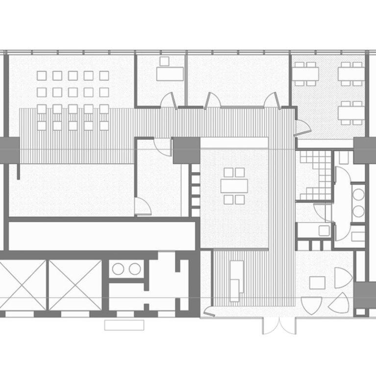 AQSO arquitectos office. La planta de este local destinado a centro de gestión educativa muestra la recepción, la sala de espera, el área para talleres, los despachos, la biblioteca y la sala multifuncional.