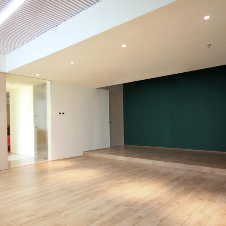 AQSO arquitectos office. La sala multifuncional de este centro de gestión educativa cuenta con una puerta corredera y una pared de pizarra.