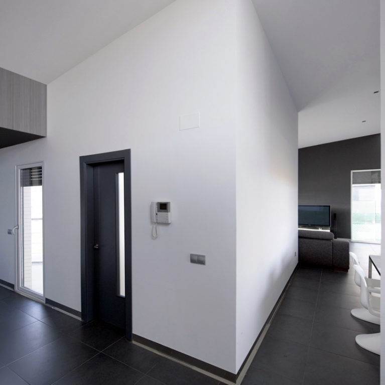 AQSO arquitectos office. The house is distributed around the kitchen and the garden. The sloping roof gives more height to the ceiling in the living room and descends towards the bedrooms.