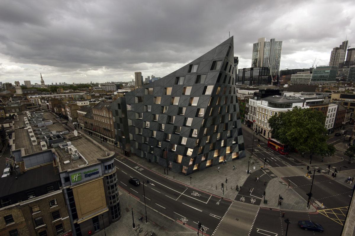 AQSO arquitectos office. Vista aérea del hotel Shoreditch en su entorno urbano, con los edificios de la City of London al fondo. La imagen singular del hotel destaca entre el resto de edificios.