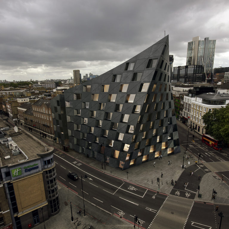 AQSO arquitectos office. Aerial view of the Shoreditch Hotel in its urban setting, with the buildings of the City of London in the background. The hotel's unique image stands out from the rest of the buildings.