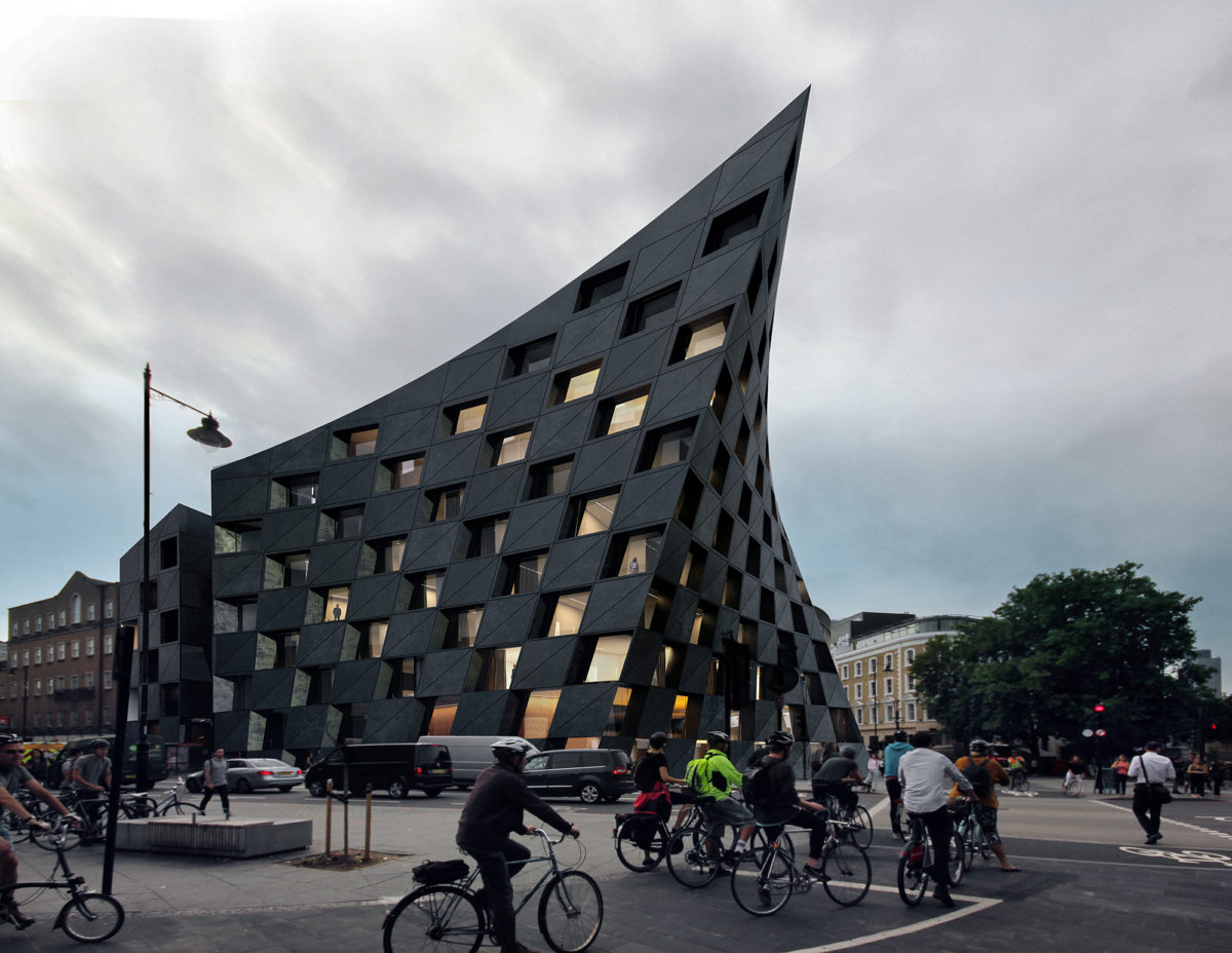 AQSO arquitectos office. La fachada paramétrica vista desde la calle ofrece la imagen diámica y cambiante de un edificio curvo de hormigón negro.