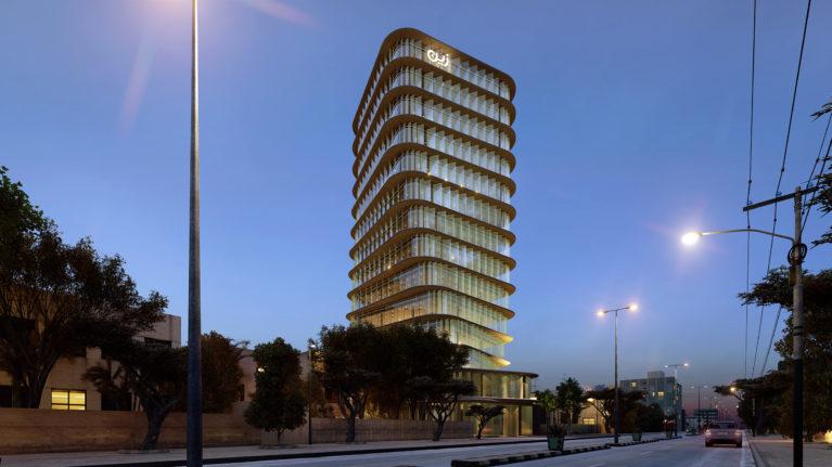 AQSO arquitectos office, vista nocturna de la torre iluminada, fachada de cristal y cartel luminoso
