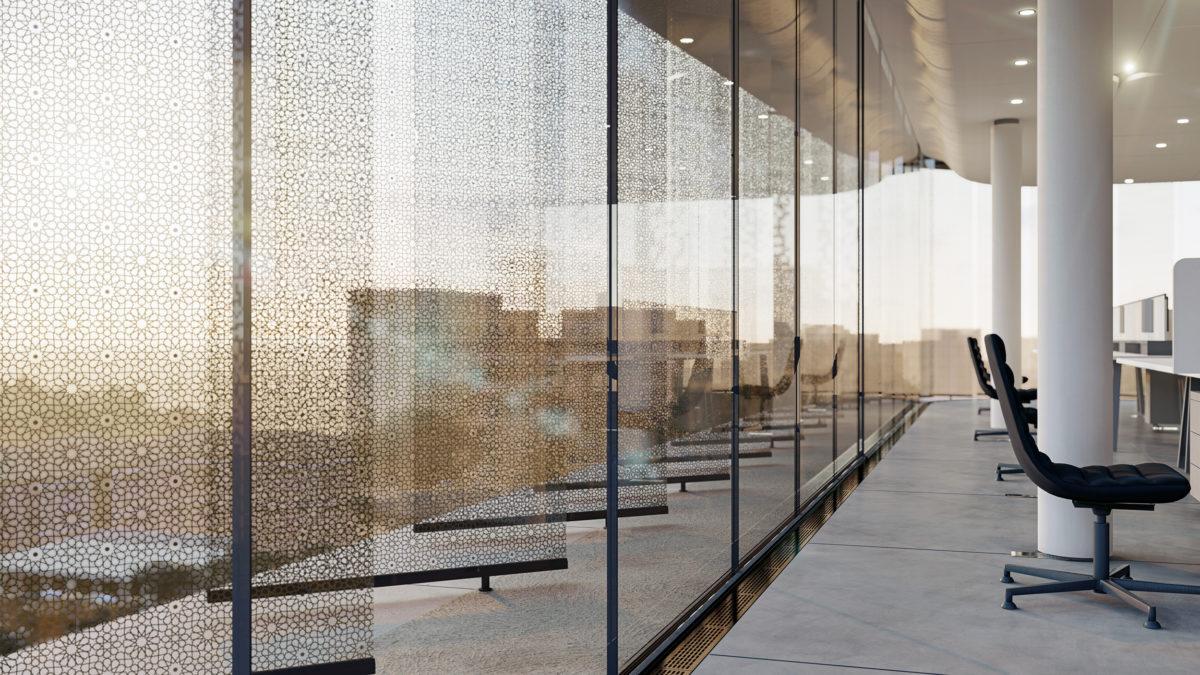 AQSO arquitectos office. Lamas de vidrio laminado con malla metálica de motivos arabescos vista desde el interior de las oficinas.