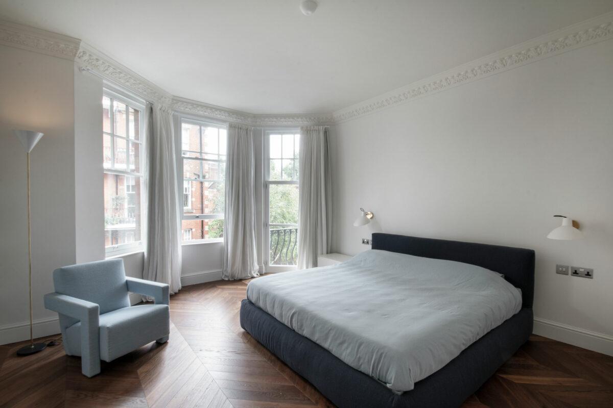 AQSO arquitectos office. El proyecto de reforma de este apartamento londinense incluye la sustitución de las ventanas originales y los acabados interiores. El estilo contemporáneo del diseño interior combina con los elementos decorativos victorianos existentes.