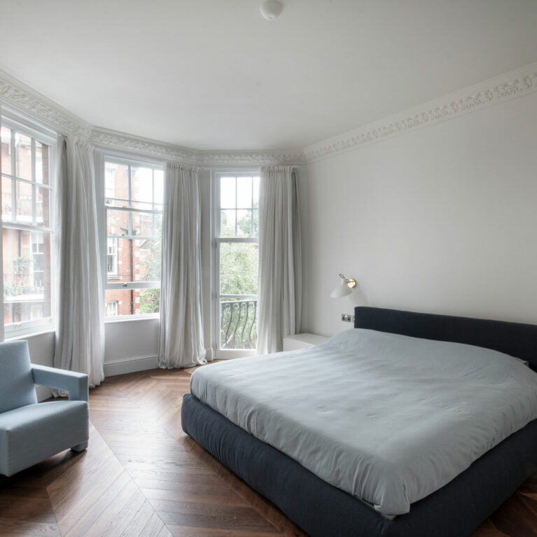 AQSO arquitectos office. The refurbishment project of this London flat includes the replacement of the original windows and interior finishes. The contemporary style of the interior design blends with the existing Victorian decorative elements.